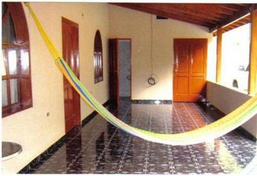 Una casa con hamaca, las hamacas estan presente en la mayoria de los hogares, si no hay para sofas no hay problemas para esto estan ellas y poder descanzar, darse viendo como decimos.