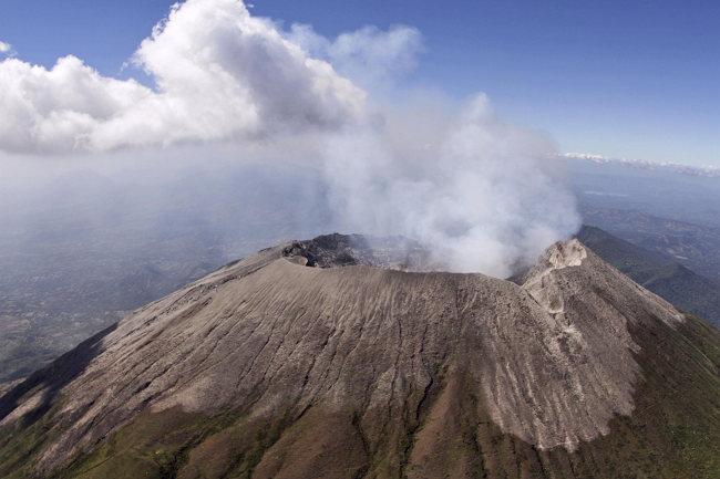 ESA04. SAN SALVADOR (EL SALVADOR), 30/12/2013.- Fotografia cedida por el Ministerio de Medio Ambiente y Recursos Naturales (MARN) de El Salvador del volcan Chaparrastique hoy, lunes 30 de diciembre de 2013, en la ciudad de San Miguel, unos 138 kilómetros al este de San Salvador. Las autoridades de El Salvador continuaron hoy atendiendo a miles de personas evacuadas, evaluando los daños causados por la erupción del volcán, y advirtieron que persiste la amenaza de este coloso para la población. EFE/Ministerio de Medio Ambiente y Recursos Naturales (MARN)/SOLO USO EDITORIAL