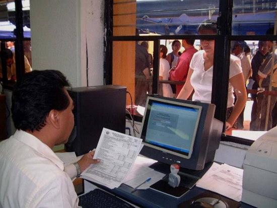 Personas permanecen en el ministerio de hacienda realizando tramites
