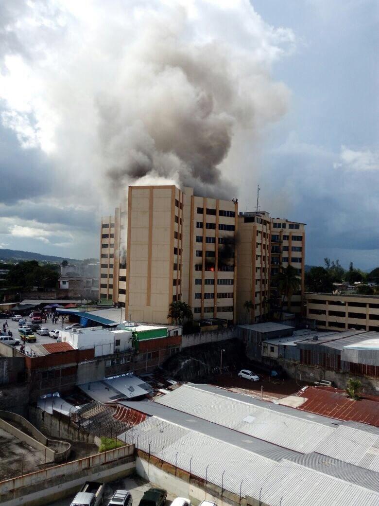 Ministerio de hacienda de El Salvador en llamas
