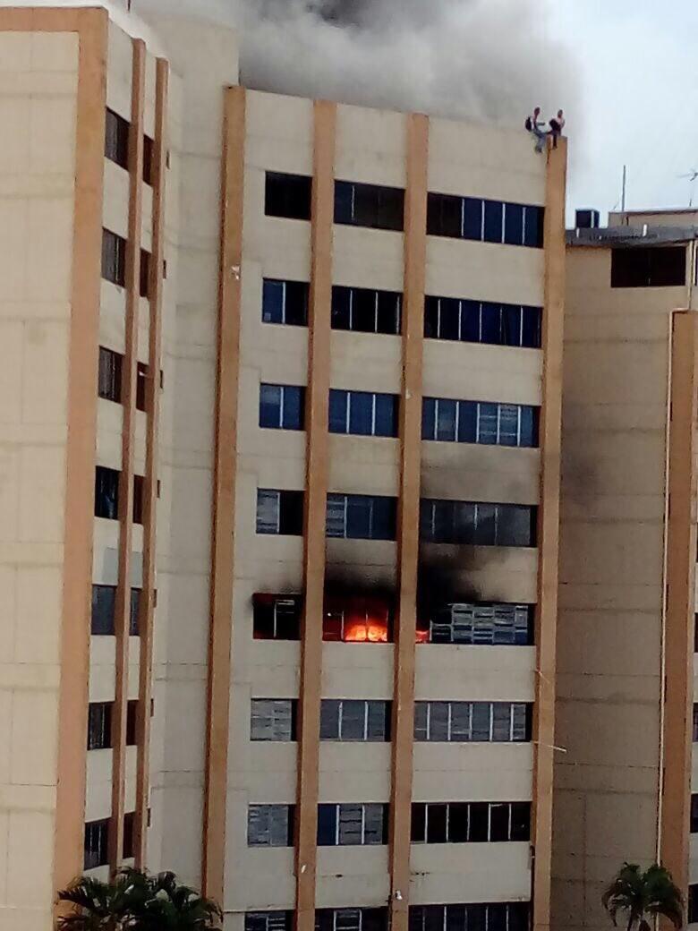 Ministerio de hacienda de El Salvador quemandose