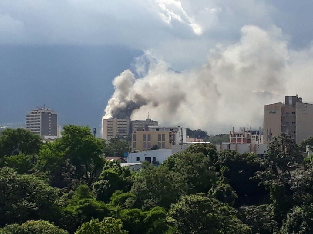 imagenes del Ministerio de hacienda de El Salvador quemandose