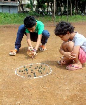 niños jugando chibolas
